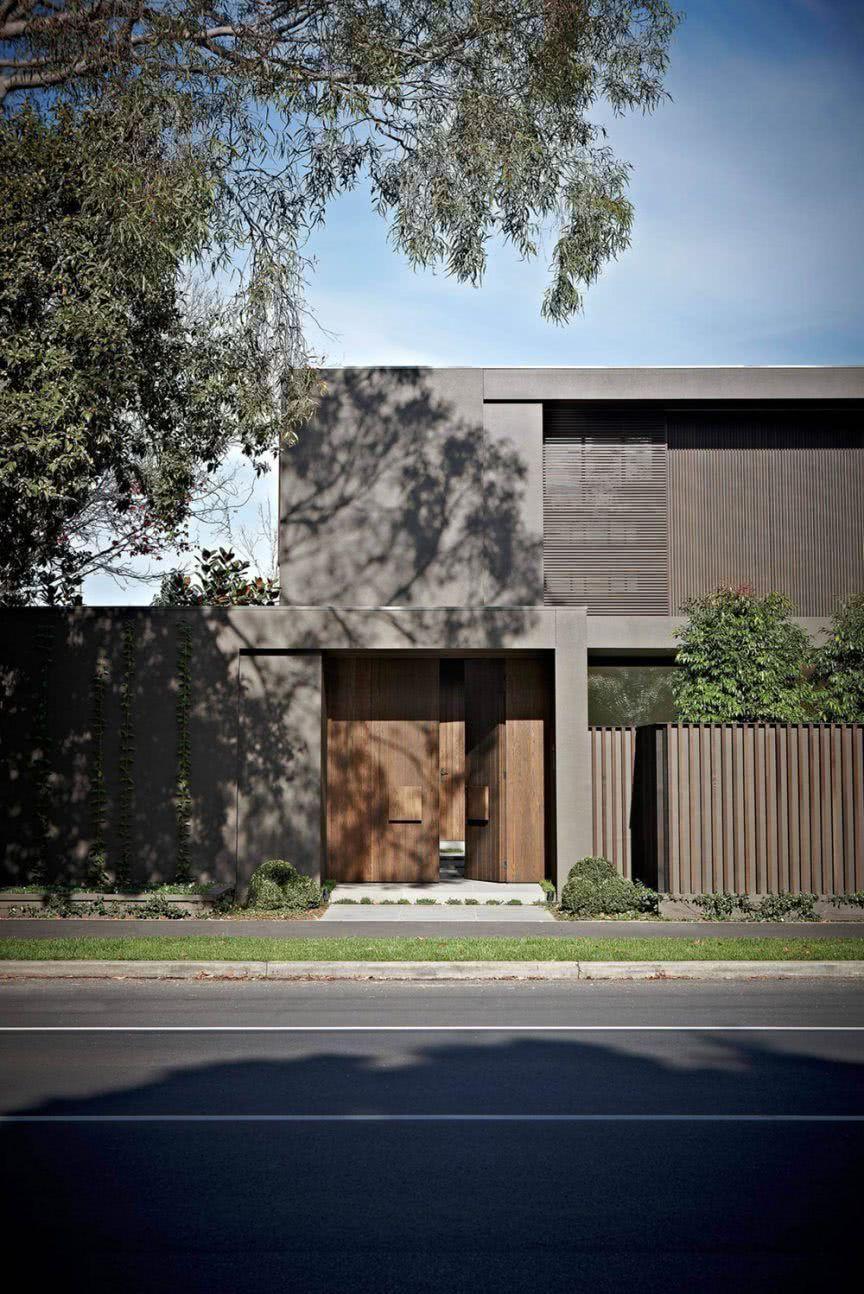 Os tons dessa fachada são marcados por cores escuras e materiais nobres, uma bela composição!