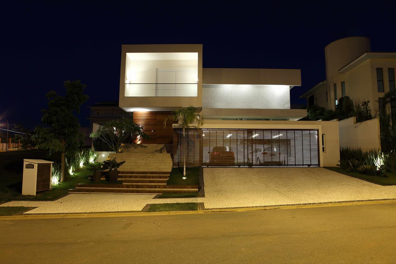 A construção é composta por duas partes: a superior com tons claros e a inferior em tons amadeirados.