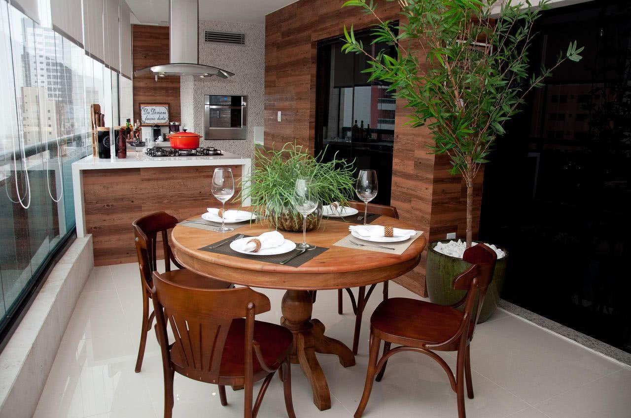 Decoração de varanda gourmet com madeira em evidência