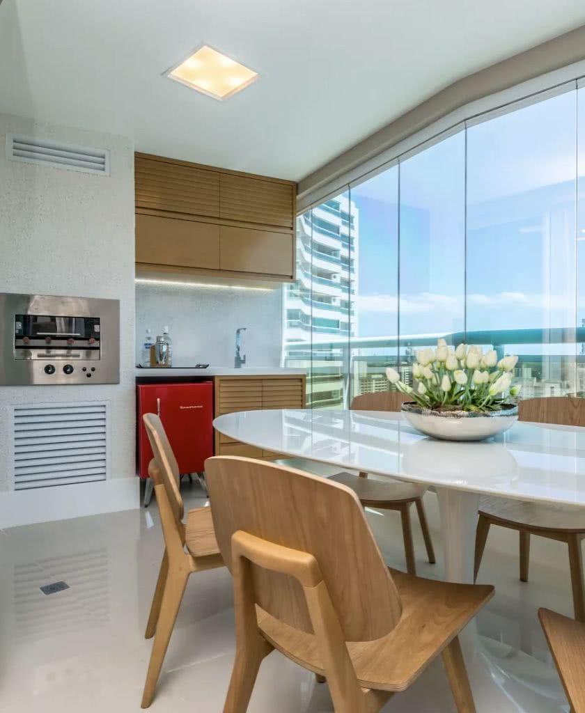 Uma proposta moderna com mesa de acrílico branca