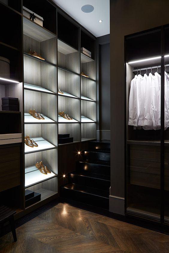 A iluminação embutida na marcenaria é ótima para destacar as roupas