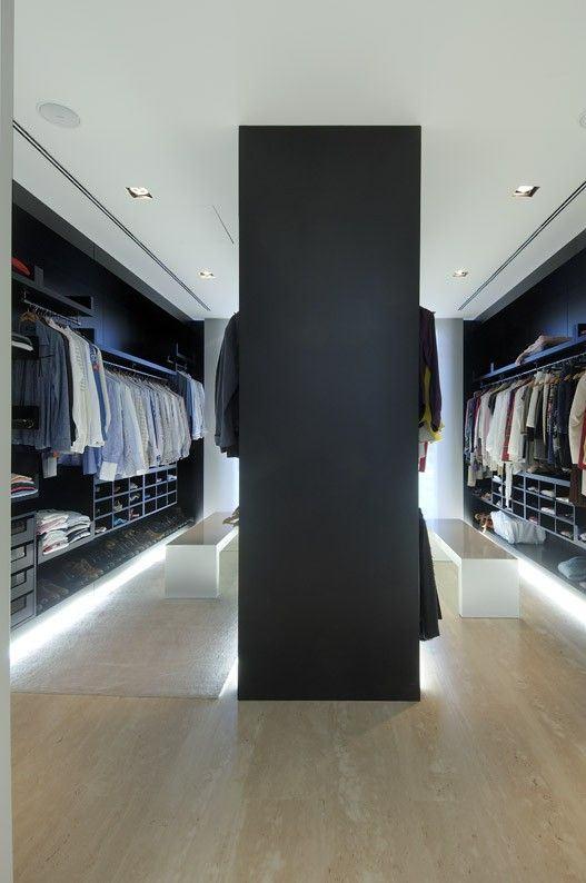 O banco longo é uma ótima opção para colocar no closet