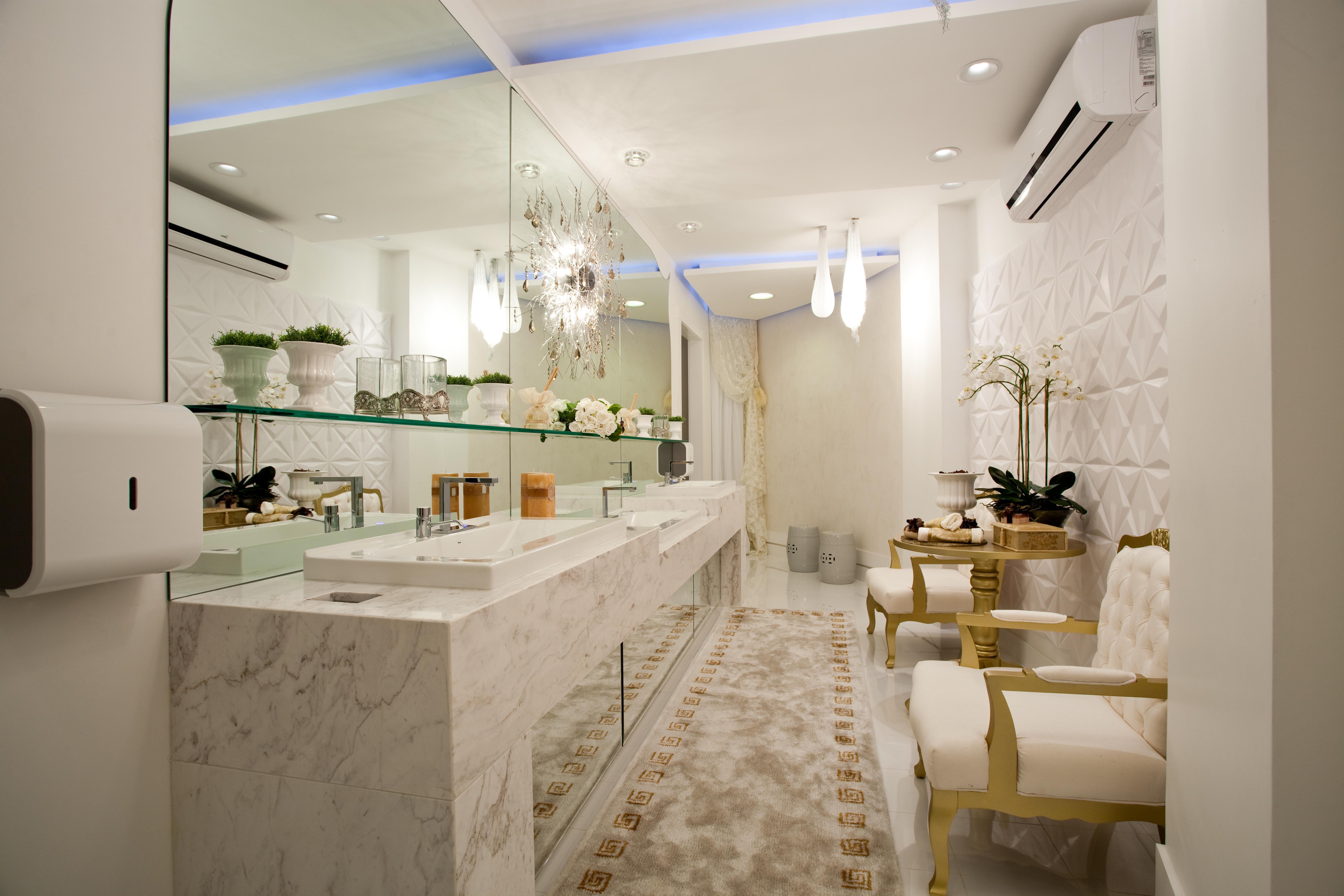 Imagem 55 – Banheiro com uma composição linda do tapete e  #946D37 5616x3744 Banheiro Comprido Com Banheira