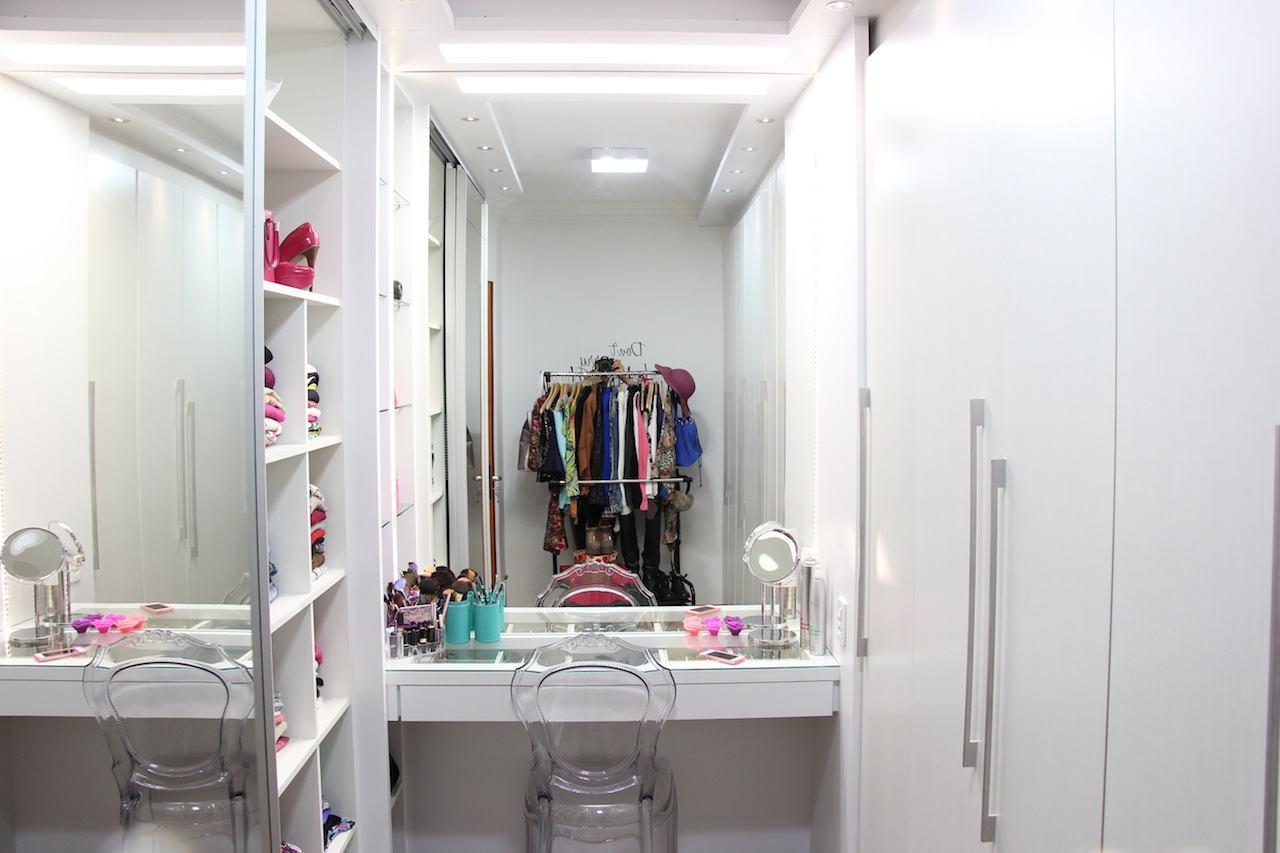 Closet com penteadeira, cabideiro e armários!