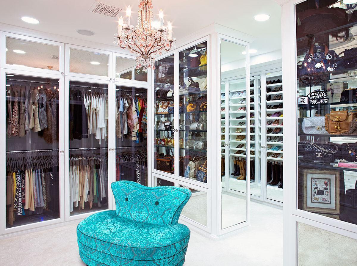 Closet com armários em portas de vidro