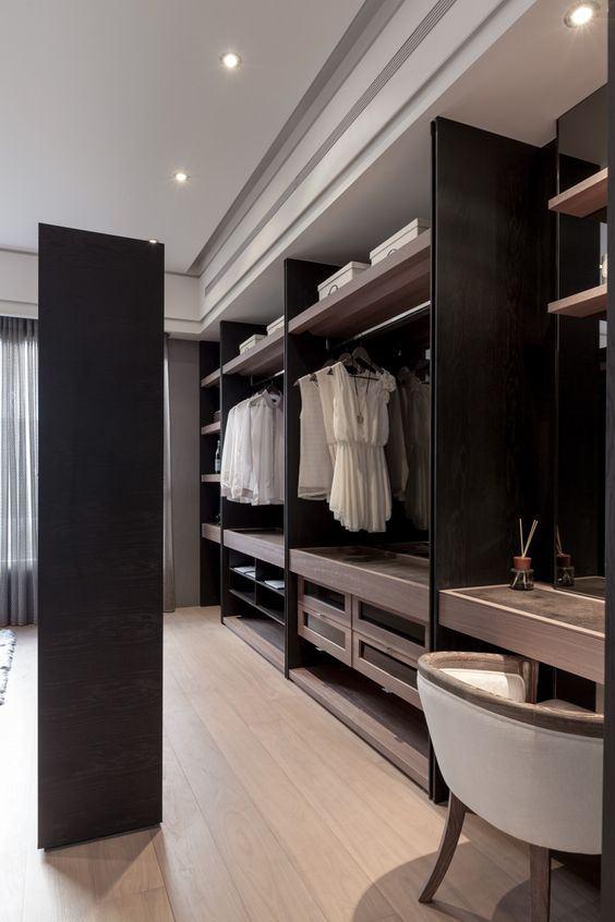 O quarto e o closet são separados pelo próprio armário