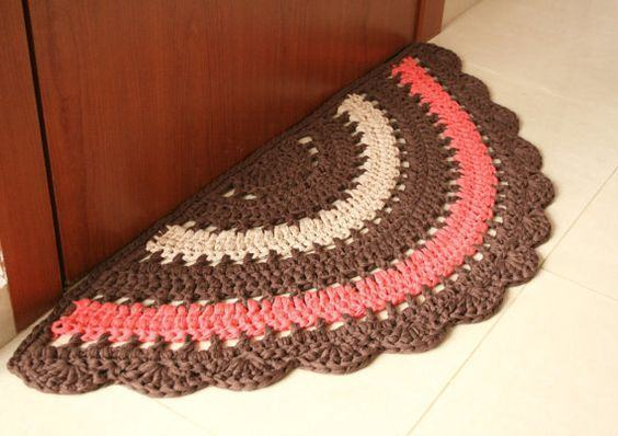 Tapete colorido de crochê com formato meia lua