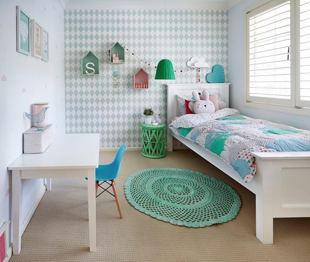Lindo quarto de bebê com cores suaves verdes combinando com o tapete de crochê