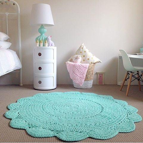 Pequeno tapete de crochê verde água