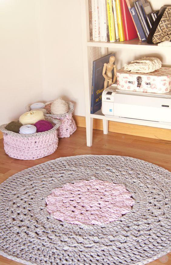 Outro tapete redondo com duas cores, combinando com outros elementos de crochê