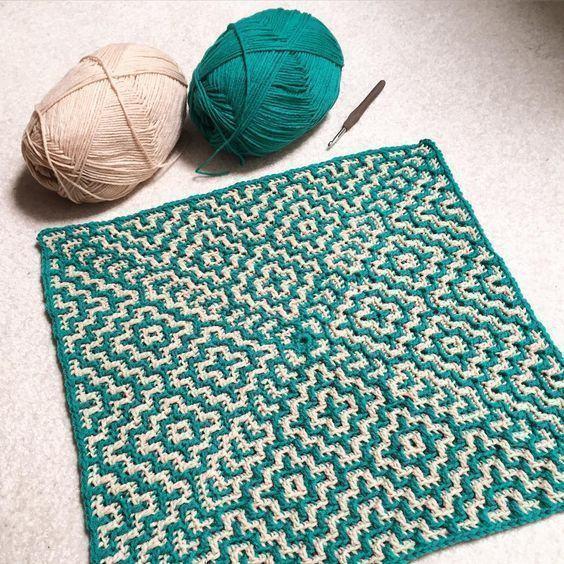 Tapete quadrado de crochê com duas cores e lindos acabamentos