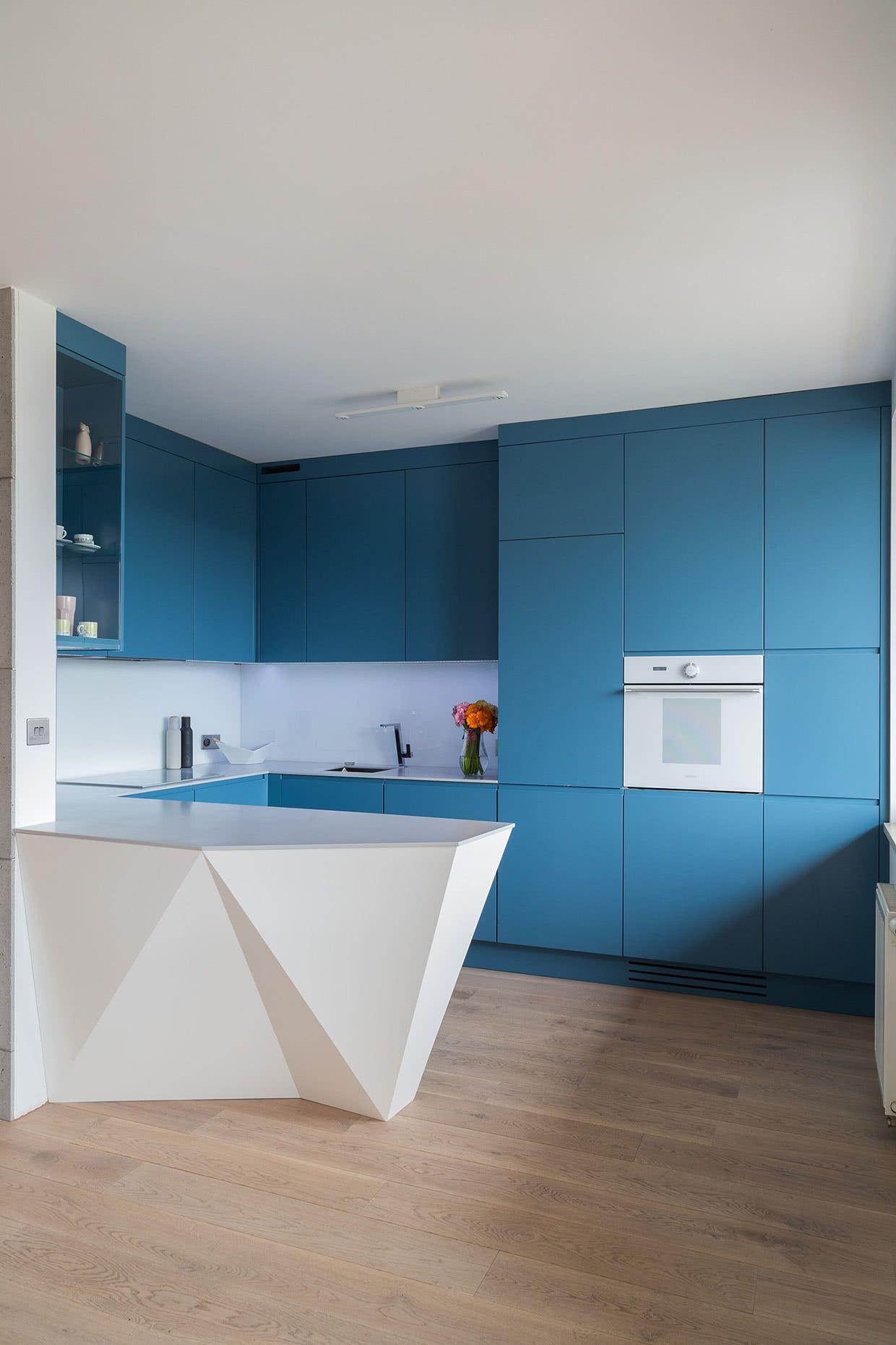 Cozinha azul petróleo com design minimalista