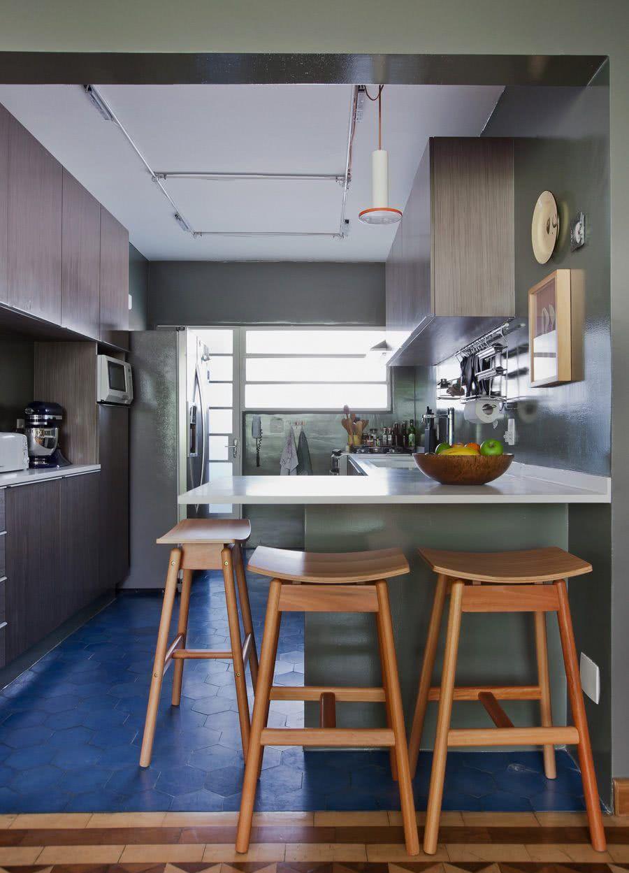 Cozinha azul: que tal revestir seu piso com azulejo hexagonal