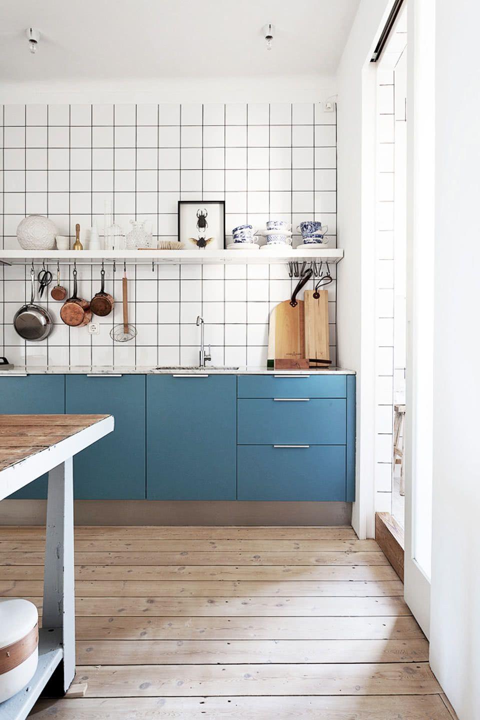 O azul petróleo é um bom tom para quem quer uma cozinha azul neutra