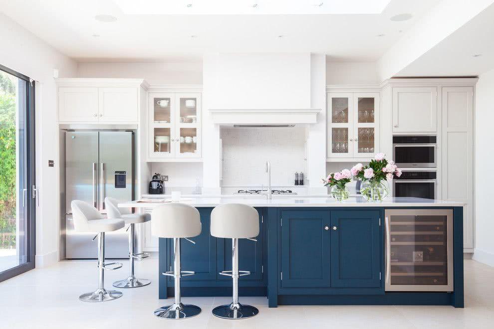 Ilha central com a cor azul em uma cozinha branca