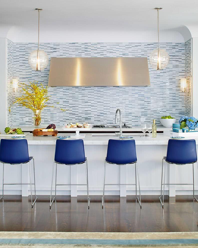 Cozinha azul com banquetas