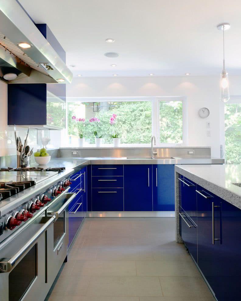 Cozinha azul: aqui o material dos armários tem aspecto brilhante
