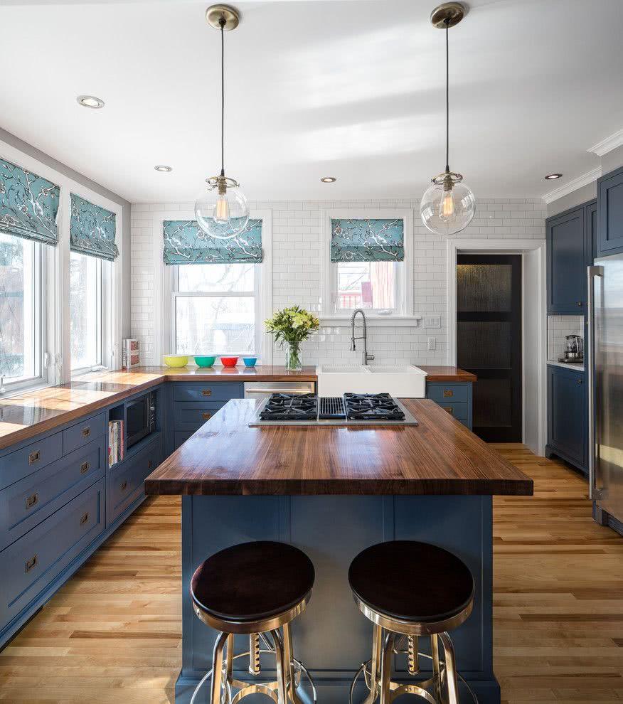 Um azul em uma cozinha clássica americana