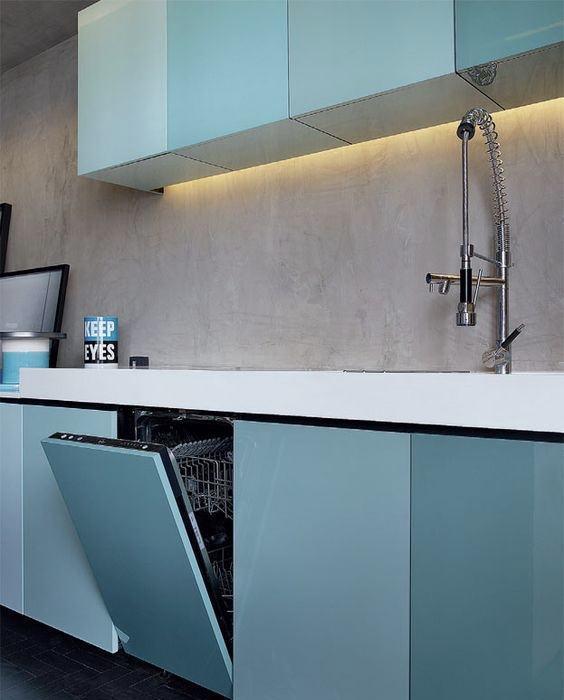 Diferentes tonalidades do azul nos armários