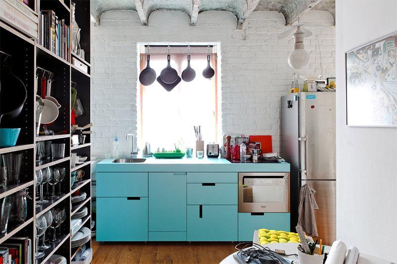 Dê um charme a mais com os puxadores na cozinha azul