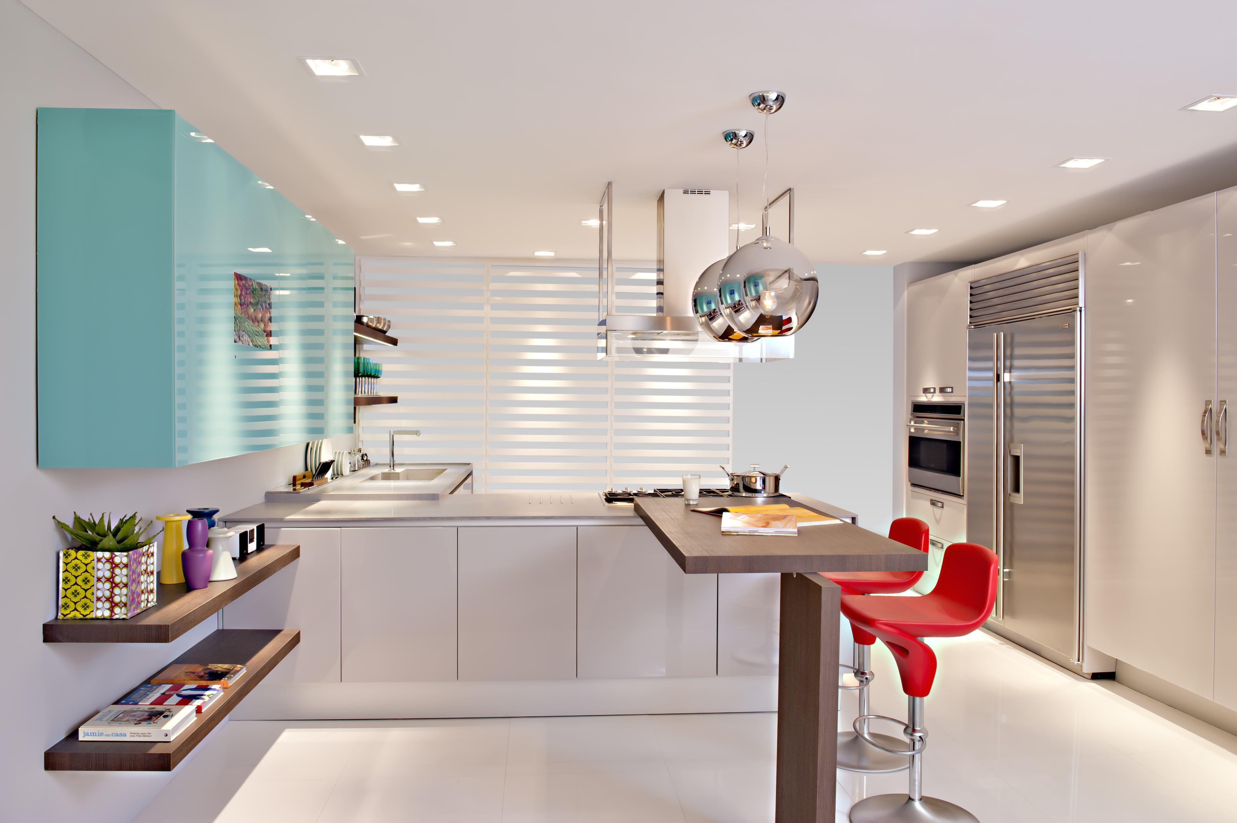 Destaque sua cozinha azul com apenas uma parte dos armários revestida na cor