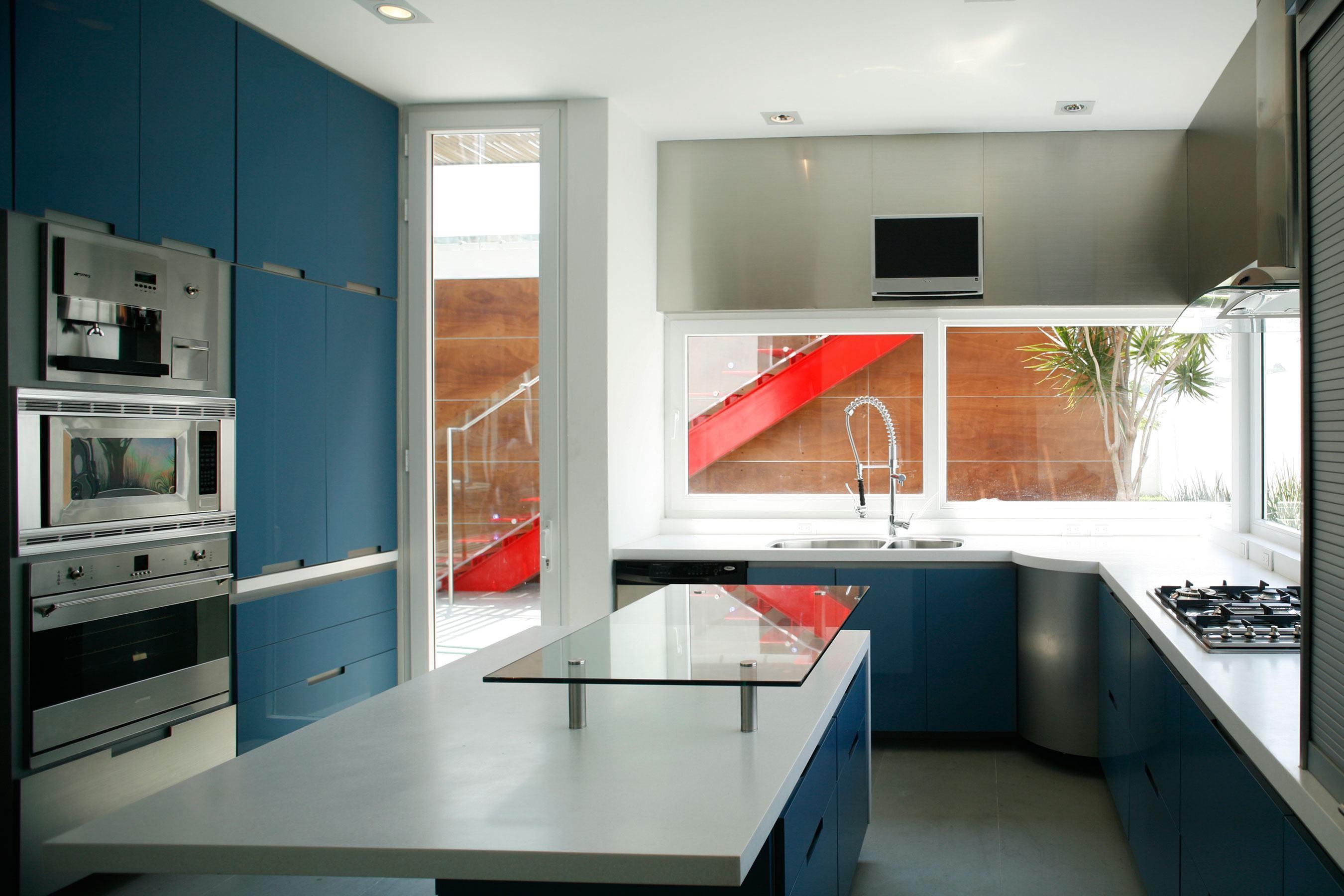 Cozinha azul: faça detalhes no armário para que o puxador se destaque