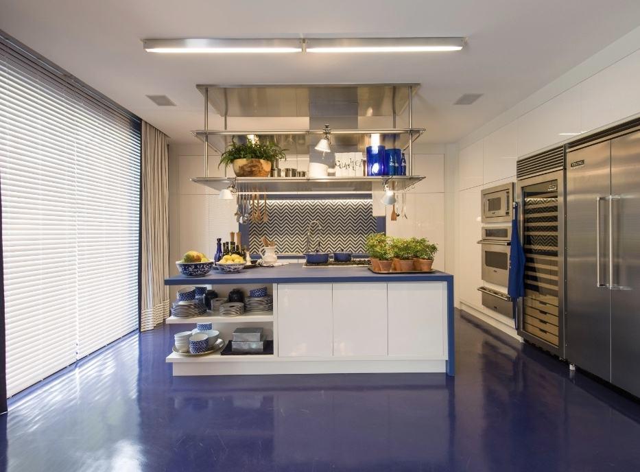 Se quiser ousar, escolha um piso azul para a cozinha