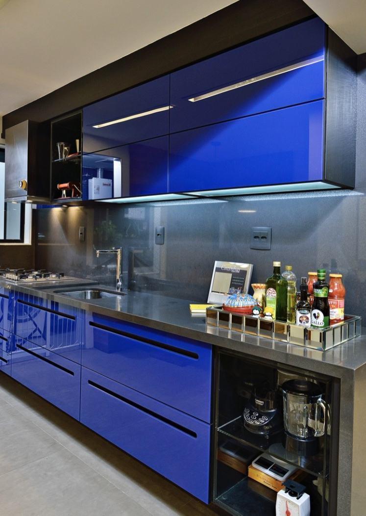 Cozinha azul royal: a combinação com o preto deixa ela ainda mais elegante