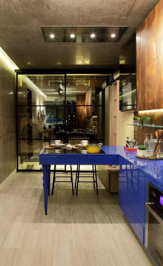 Cozinha com uma bancada azul