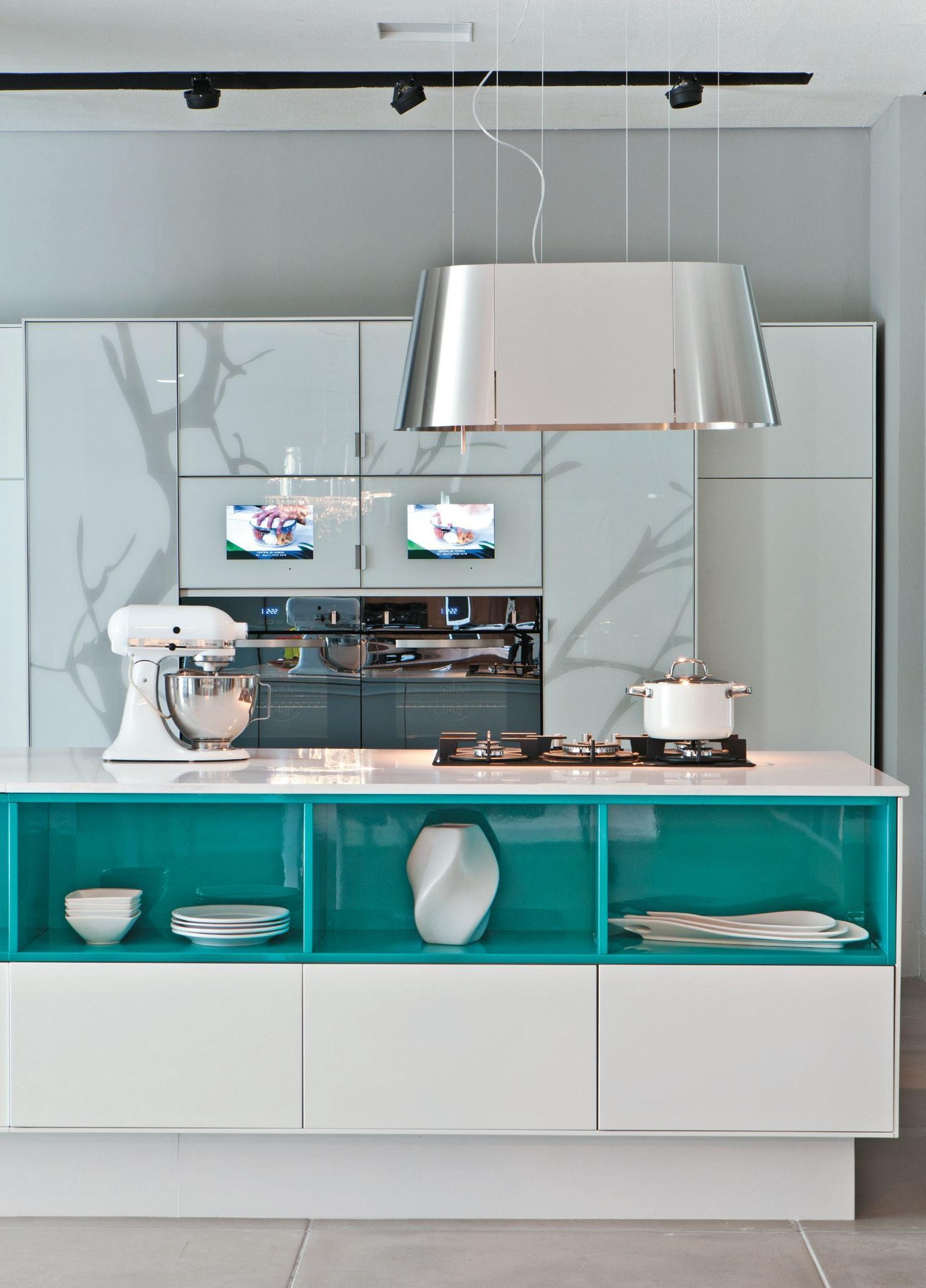 Cozinha azul: forre apenas uma parte da bancada central