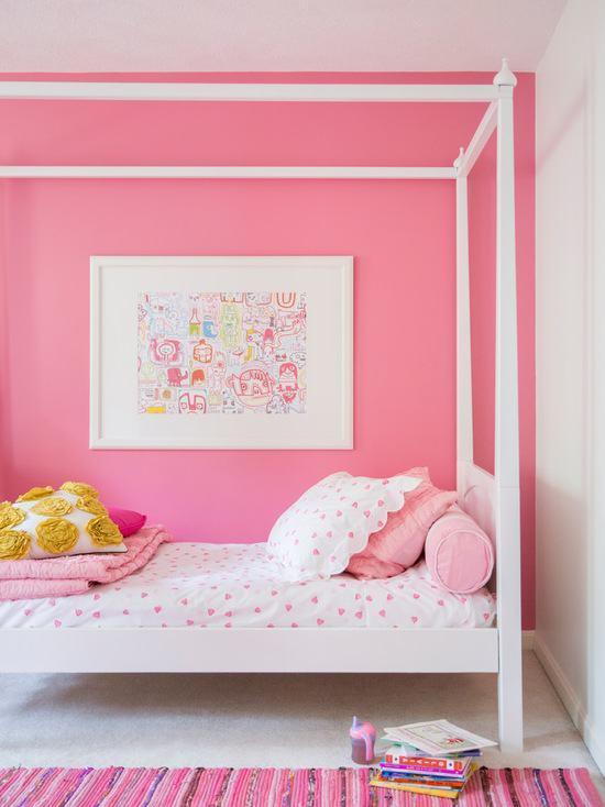 Para um quarto branco, invista em uma pintura rosa choque