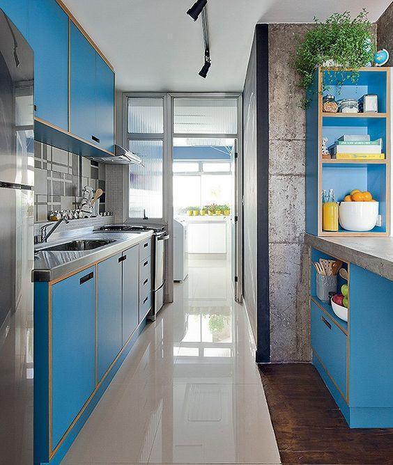 Cozinha pequena com armários azul