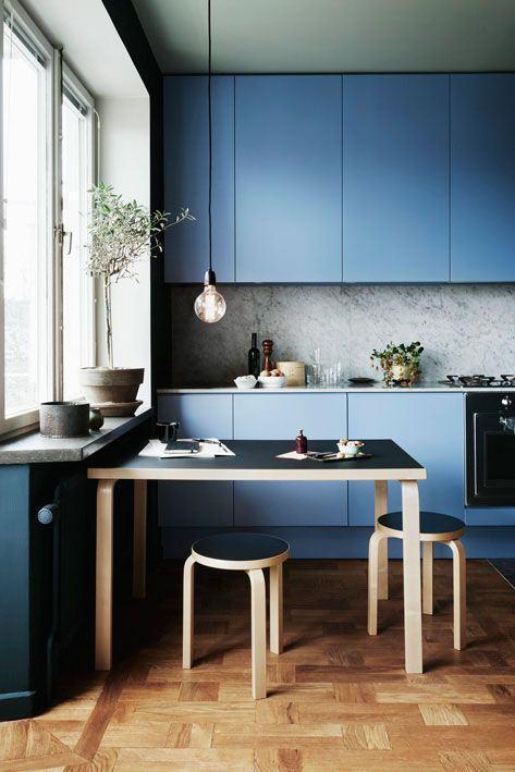 Deixe sua cozinha moderna com uma tonalidade de azul mais neutra