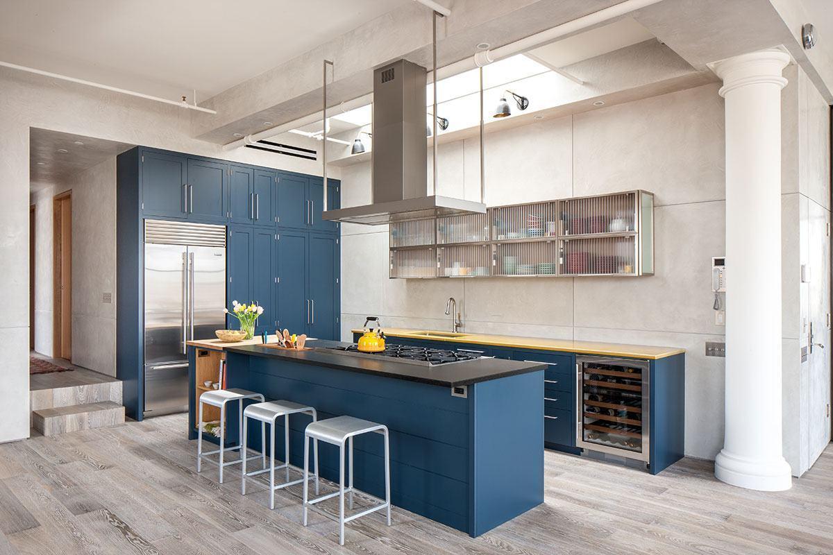 Cozinha azul com estilo industrial