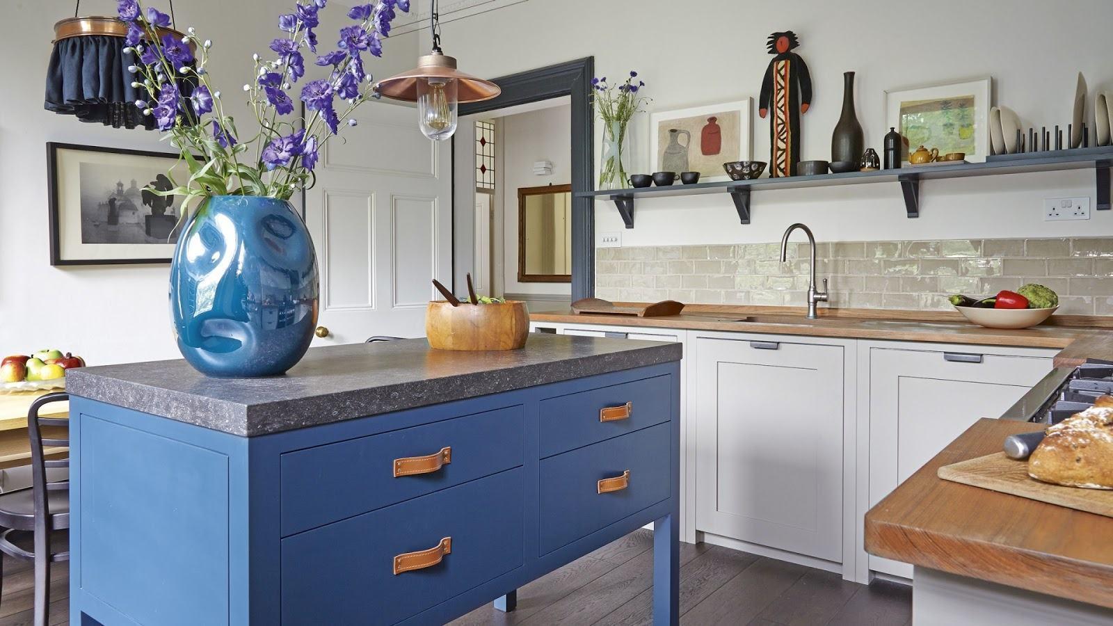 Inove na escolha dos puxadores na cozinha azul