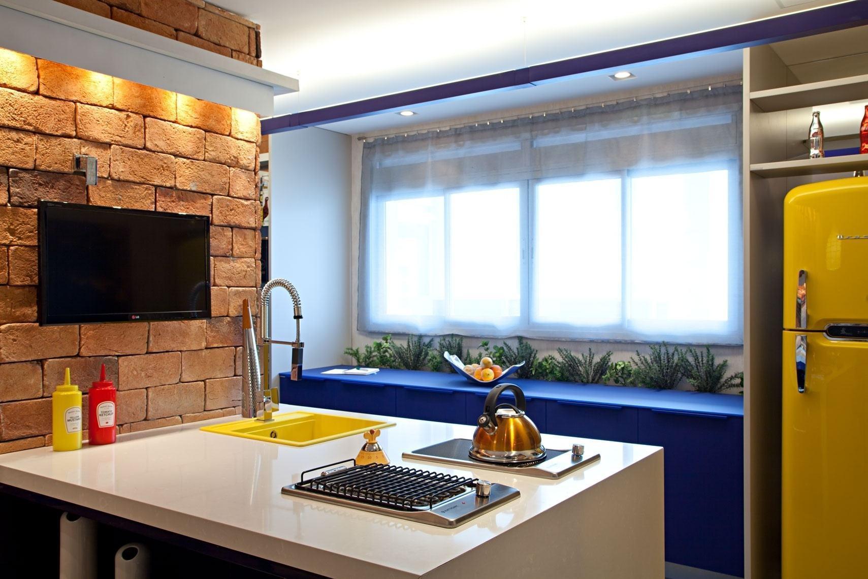 Coloque apenas um mobiliário na cor azul que já vai dar todo destaque