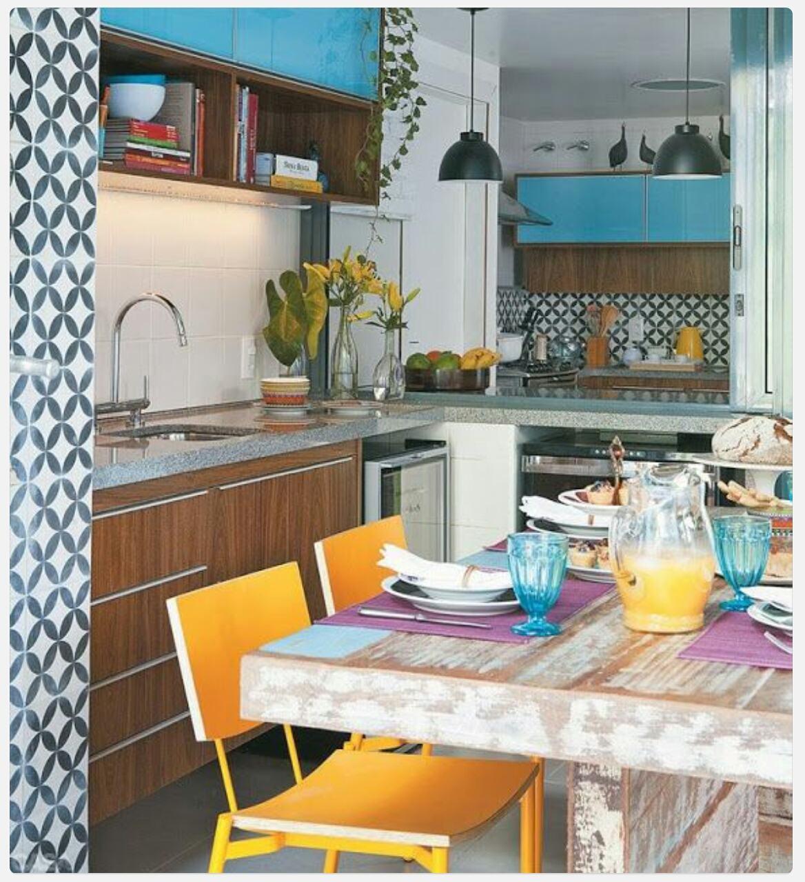Deixe sua cozinha azul alegre com o uso de cores