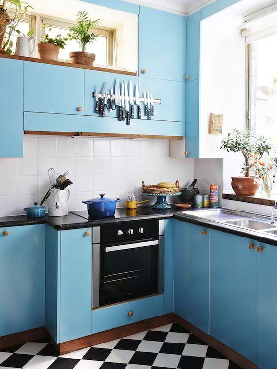 Cozinha azul: realce seu armário com um puxador em tom amadeirado