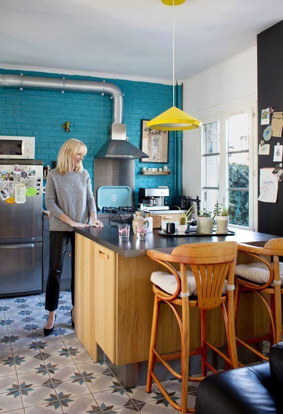 Cozinha azul com tijolo aparente