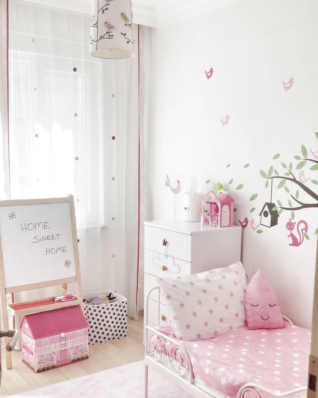 Coloque quadros de lousa, adesivos de parede e acessórios para estimular a criança