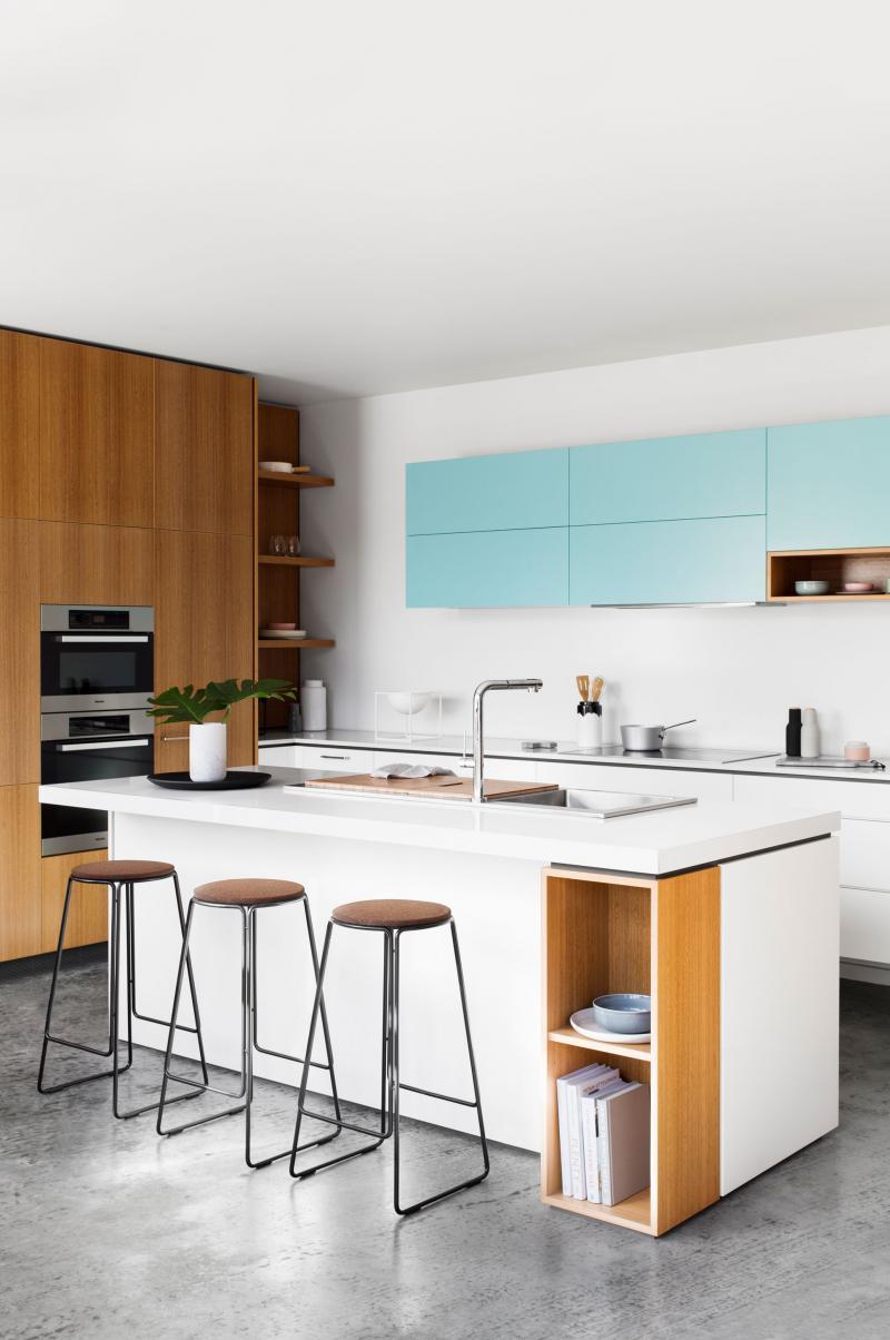 Cozinha azul com armário suspenso