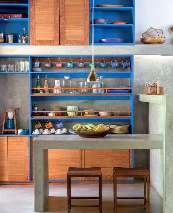Contorno da marcenaria com cozinha azul