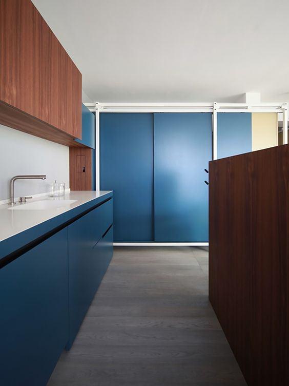 Cozinha azul moderna e sofisticada