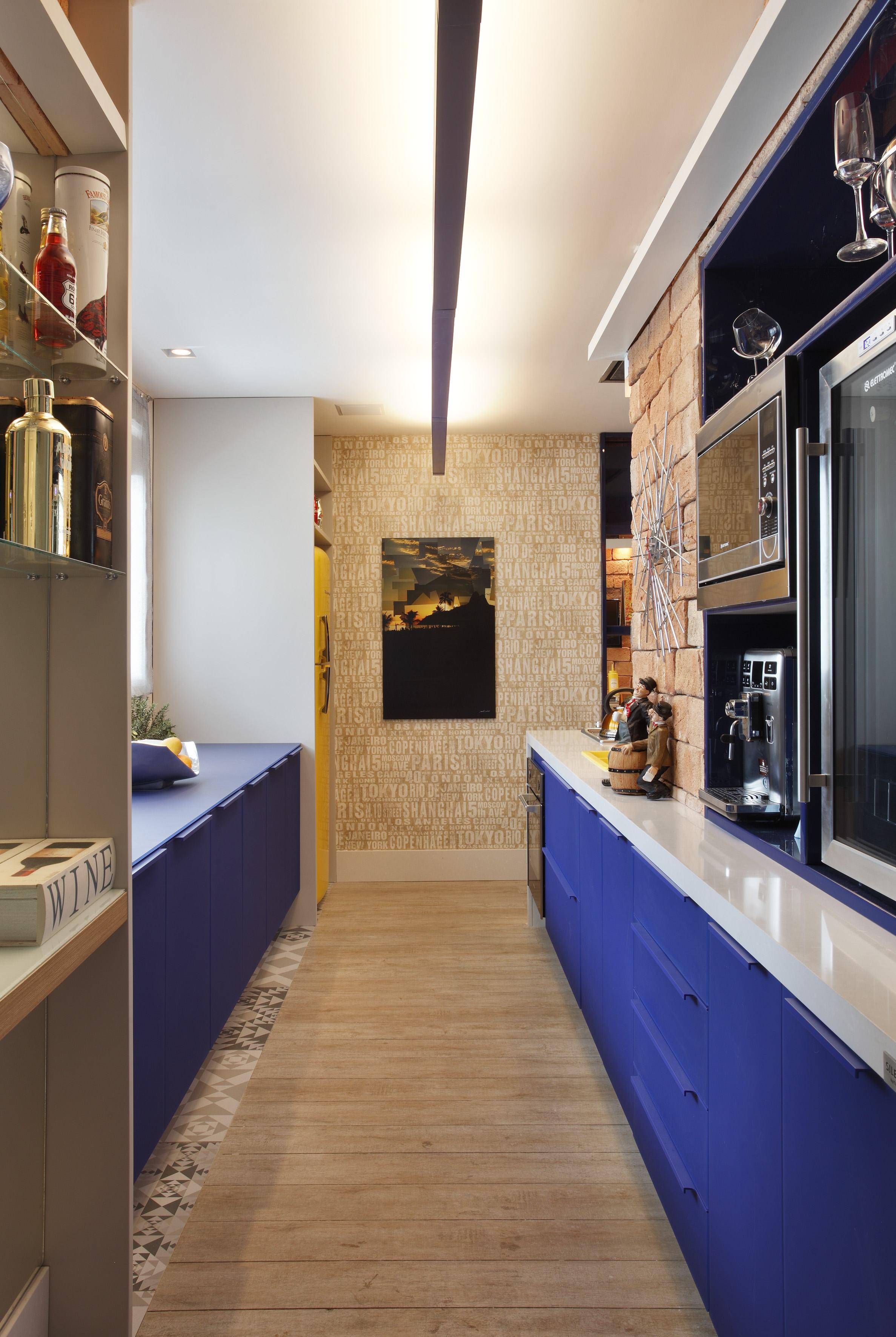 Cozinha azul com puxadores