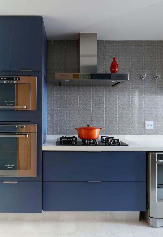 O azul marinho deixa a cozinha moderna e aconchegante