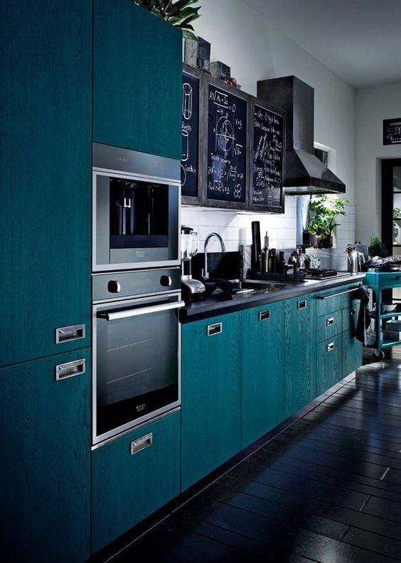 Cozinha azul com puxadores metálicos