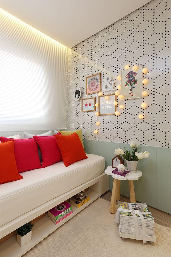 Mobiliários com formatos delicados ajudam a dar personalidade ao ambiente do quarto de menina