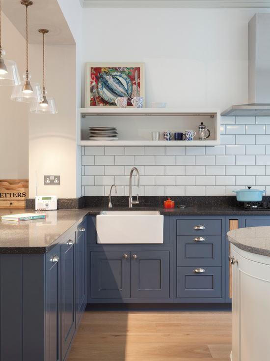 Azulejos brancos deram o toque jovial para a cozinha azul