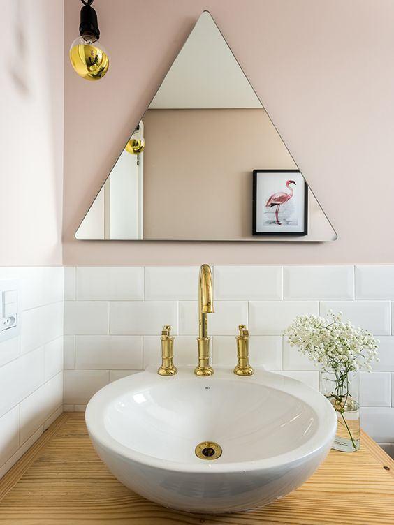 Para os amantes do estilo escandinavo, pode apostar em um espelho em formato triangular