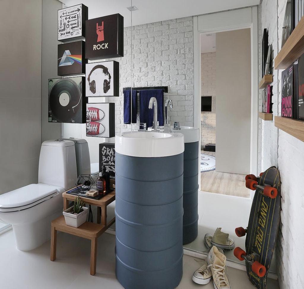 Imagem 59 – O espelho do banheiro se dá para os dois lados criando  #65453B 1024x974 Acessorios Banheiro Reflexos
